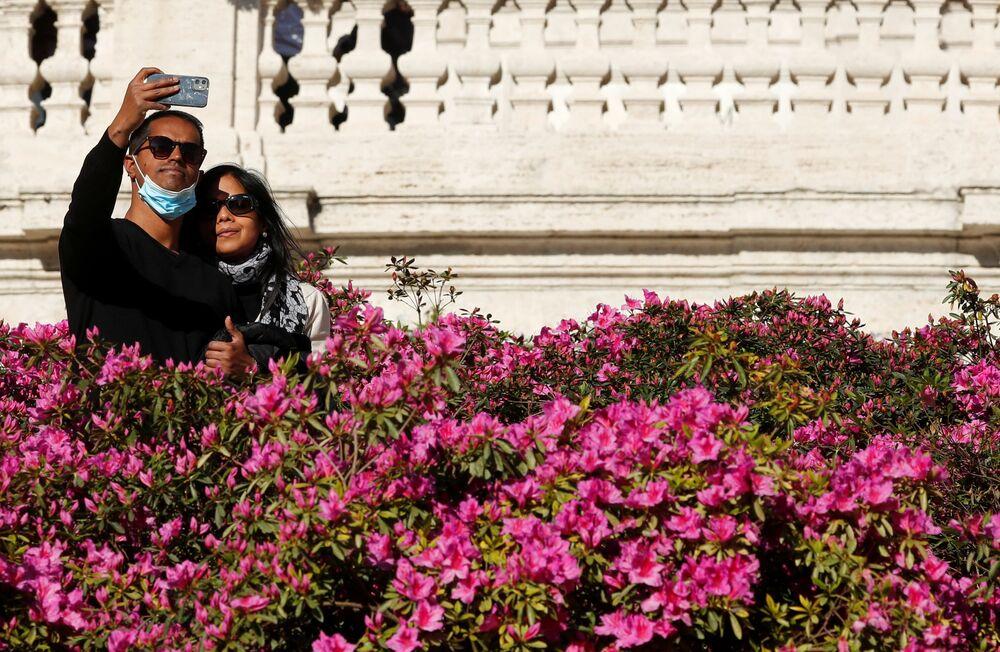 Una coppia si scatta una foto in Piazza di Spagna