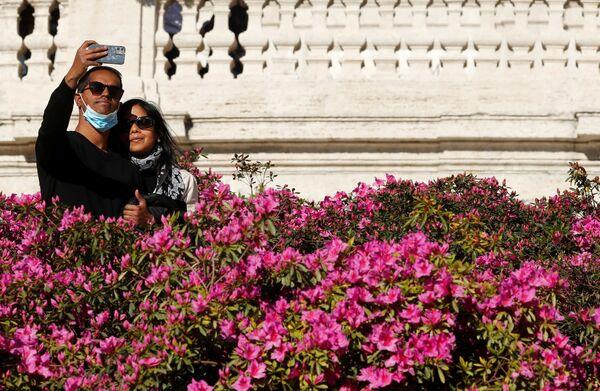 Una coppia si scatta una foto in Piazza di Spagna  - Sputnik Italia