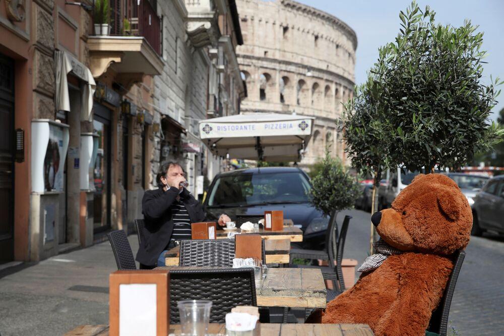 La terrazza del caffè vicino al Colosseo a Roma