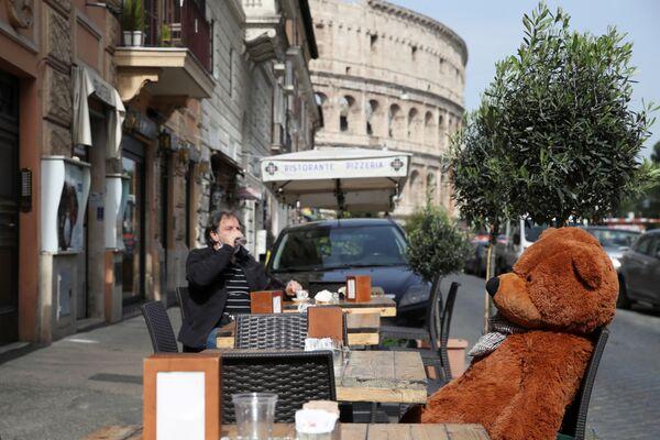 La terrazza del caffè vicino al Colosseo a Roma - Sputnik Italia