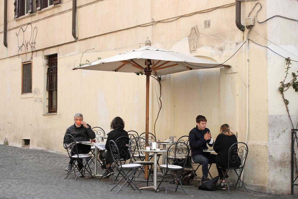 Alcune persone fanno colazione a Roma