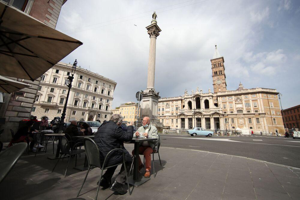Le persone fanno colazione in un bar nella Piazza Santa Maria Maggiore