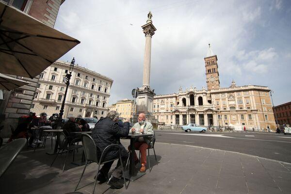 Le persone fanno colazione in un bar nella Piazza Santa Maria Maggiore - Sputnik Italia