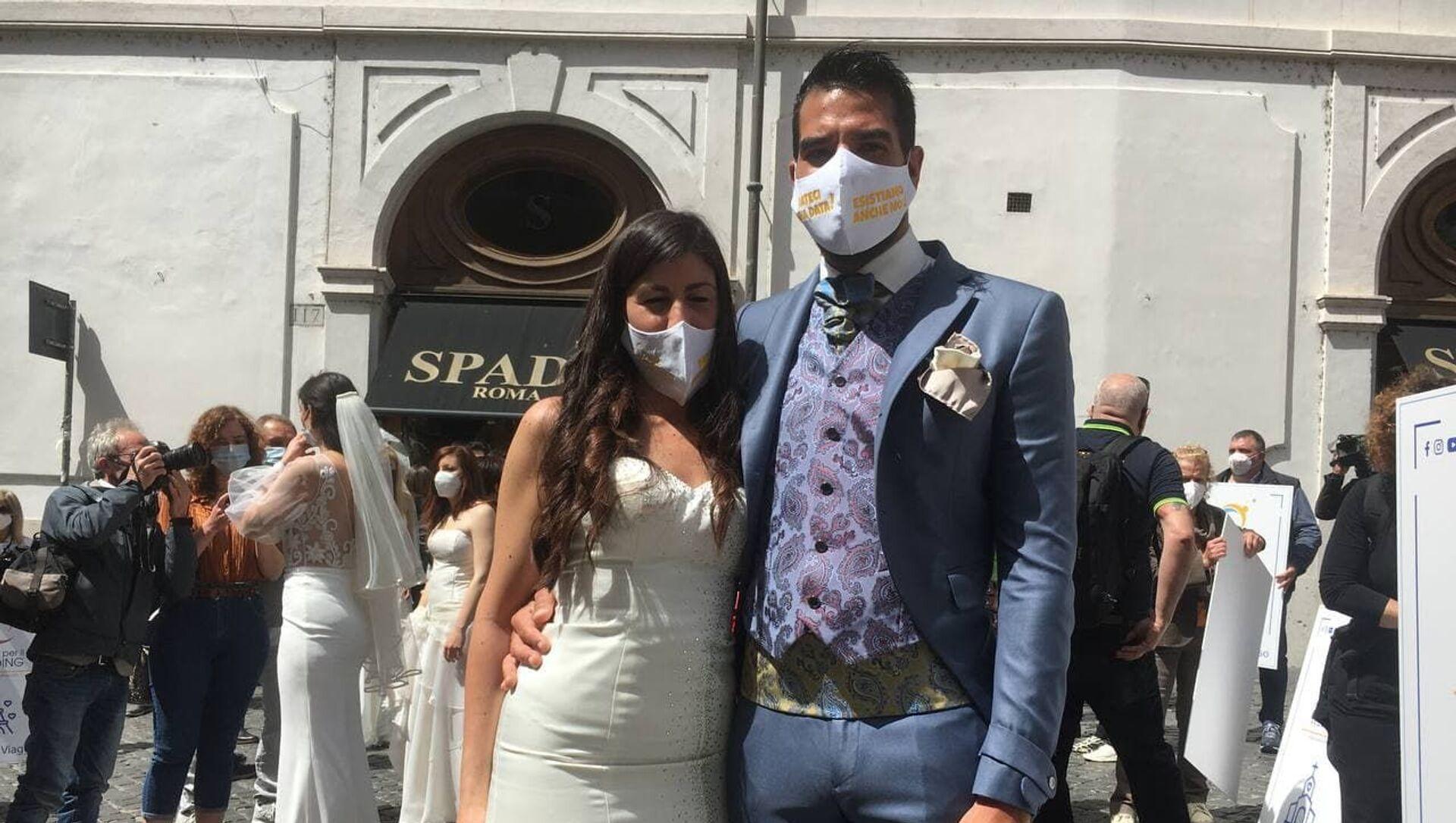 Una coppia alla manifestazione di Insieme per il Wedding a Roma - Sputnik Italia, 1920, 18.05.2021