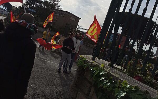 Protesta del sindacato Usb davanti allo stabilimento Amazon  - Sputnik Italia