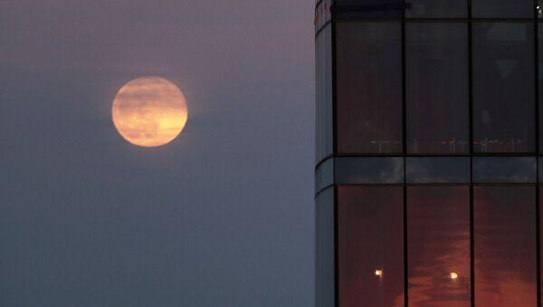Mosca, superluna vista da una finestra - Sputnik Italia