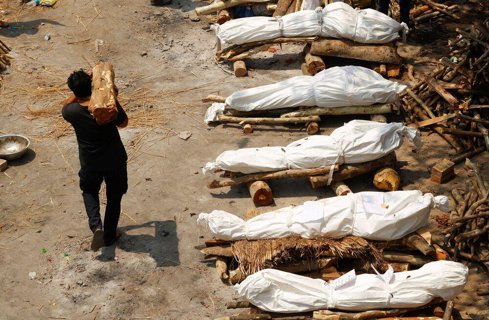 Corpi cremati in strada