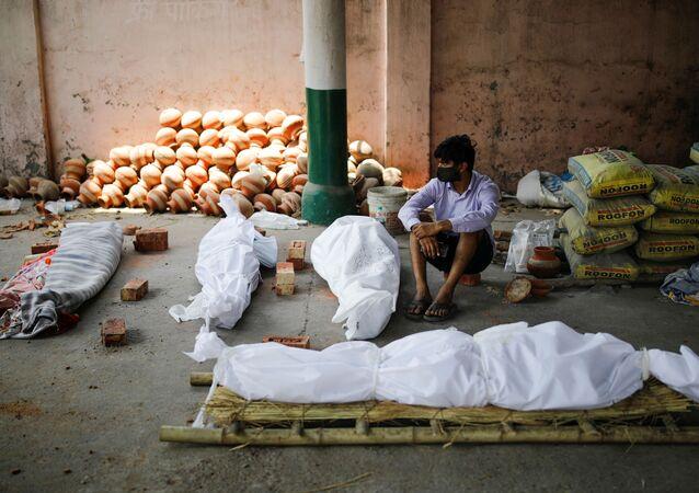 Vittime del coronavirus nelle strade in India