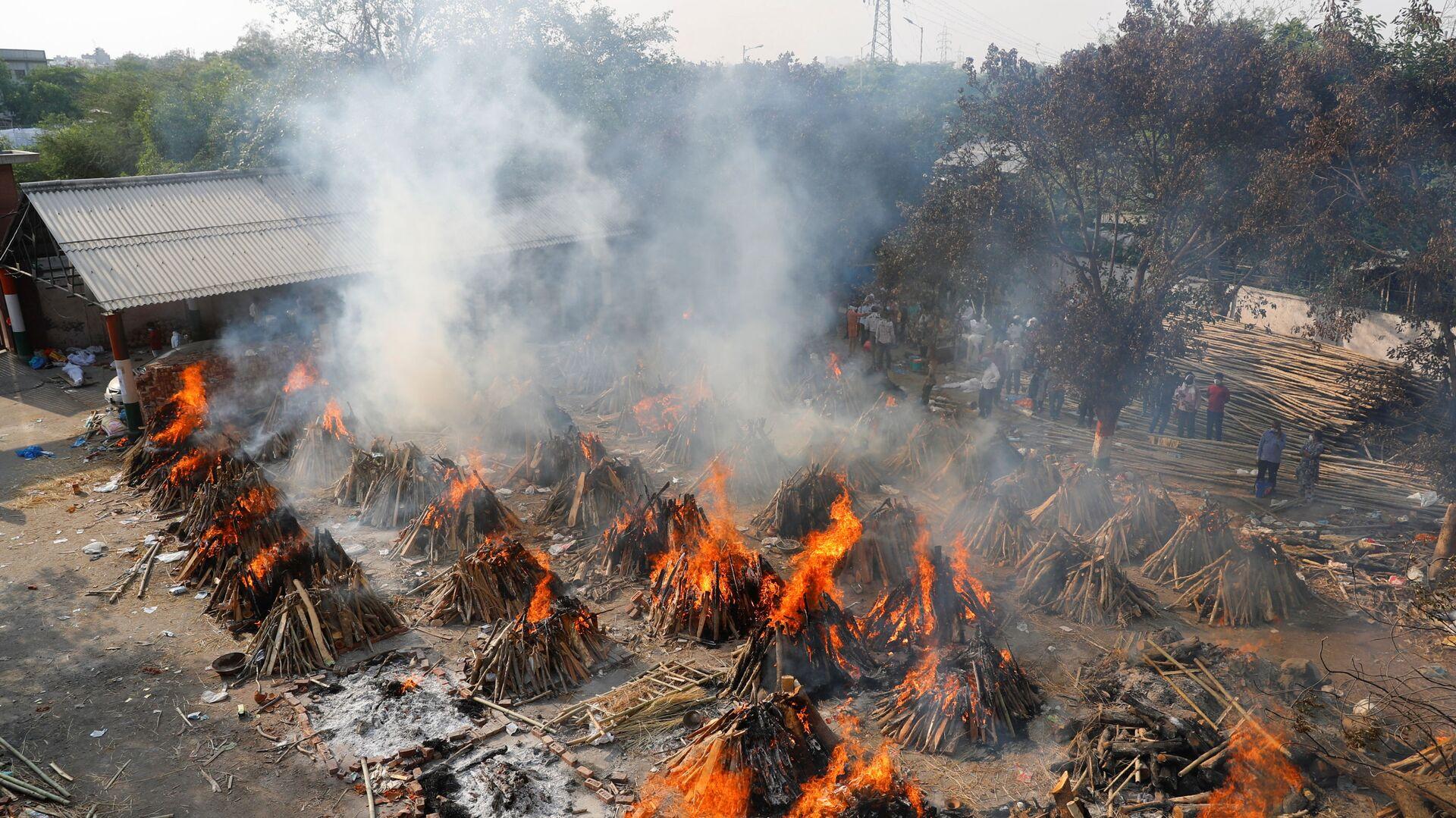 Вид сверху на горящие погребальные костры во время массовой кремации в крематории в Нью-Дели, Индия - Sputnik Italia, 1920, 16.05.2021