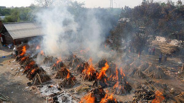 Вид сверху на горящие погребальные костры во время массовой кремации в крематории в Нью-Дели, Индия - Sputnik Italia
