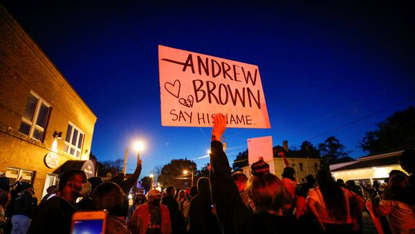 Protesters march in the evening after family members were shown body camera footage of a deputy sheriff shooting and killing Black suspect Andrew Brown Jr. last week, in Elizabeth City, North Carolina, U.S. April 26, 2021. Picture taken April 26, 2021.  REUTERS/Jonathan Drake - Sputnik Italia