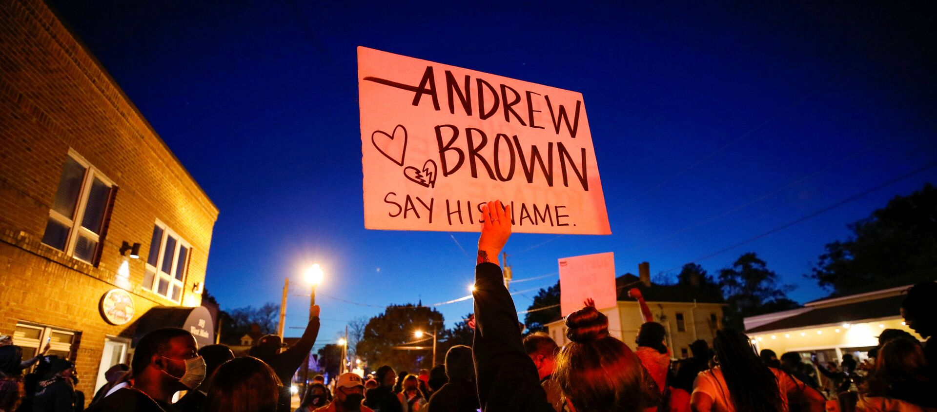 Protesters march in the evening after family members were shown body camera footage of a deputy sheriff shooting and killing Black suspect Andrew Brown Jr. last week, in Elizabeth City, North Carolina, U.S. April 26, 2021. Picture taken April 26, 2021.  REUTERS/Jonathan Drake - Sputnik Italia, 1920, 27.04.2021