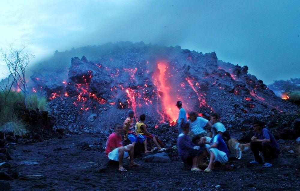 I residenti del posto osservano l'eruzione del vulcano Mayon nelle Filippine