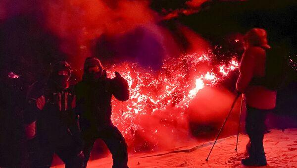 Turisti fanno le foto sullo sfondo del vulcano Klyuchevskaya Sopka nella penisola della Kamchatka (in Russia) - Sputnik Italia