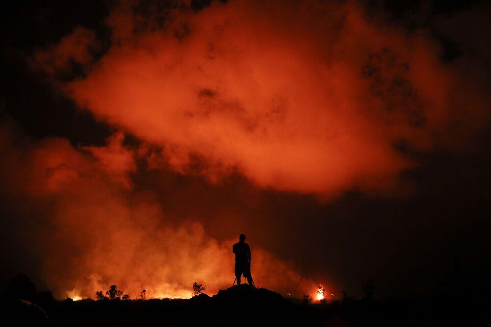 Fotografo riprende le fontane di lava a Leilani Estates, Hawaii