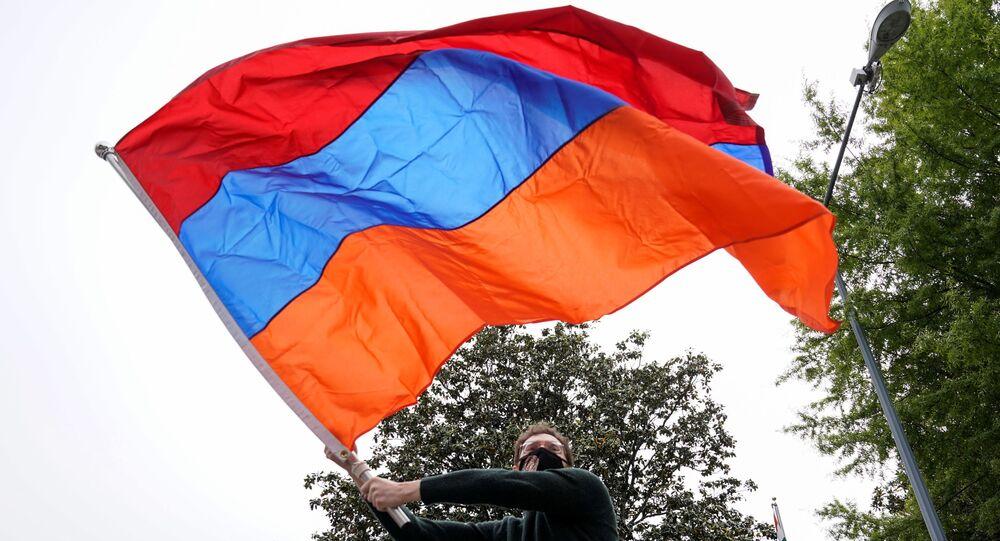 Armeni protestano davanti l'Ambasciata turca a Washington