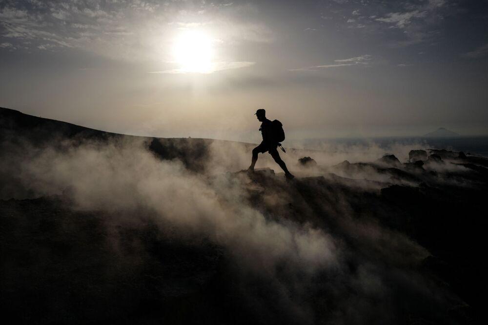Turista sull'isola di Vulcano, appartenente all'arcipelago delle isole Eolie, Sicilia