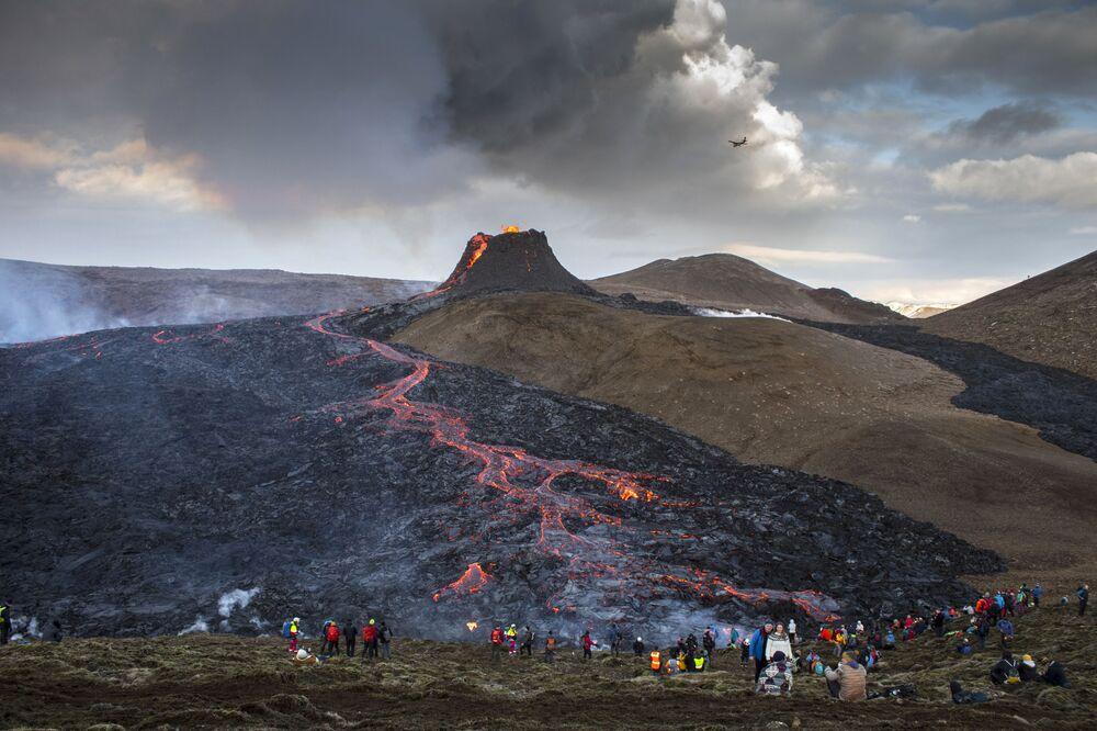 Eruzione del vulcano nella valle di Geldingadalur nella penisola di Reykjanes in Islanda