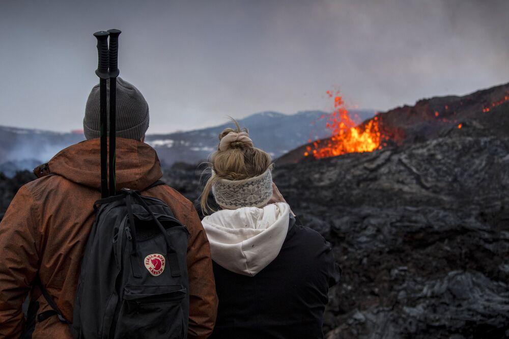 Persone guardano l'eruzione del vulcano in Islanda