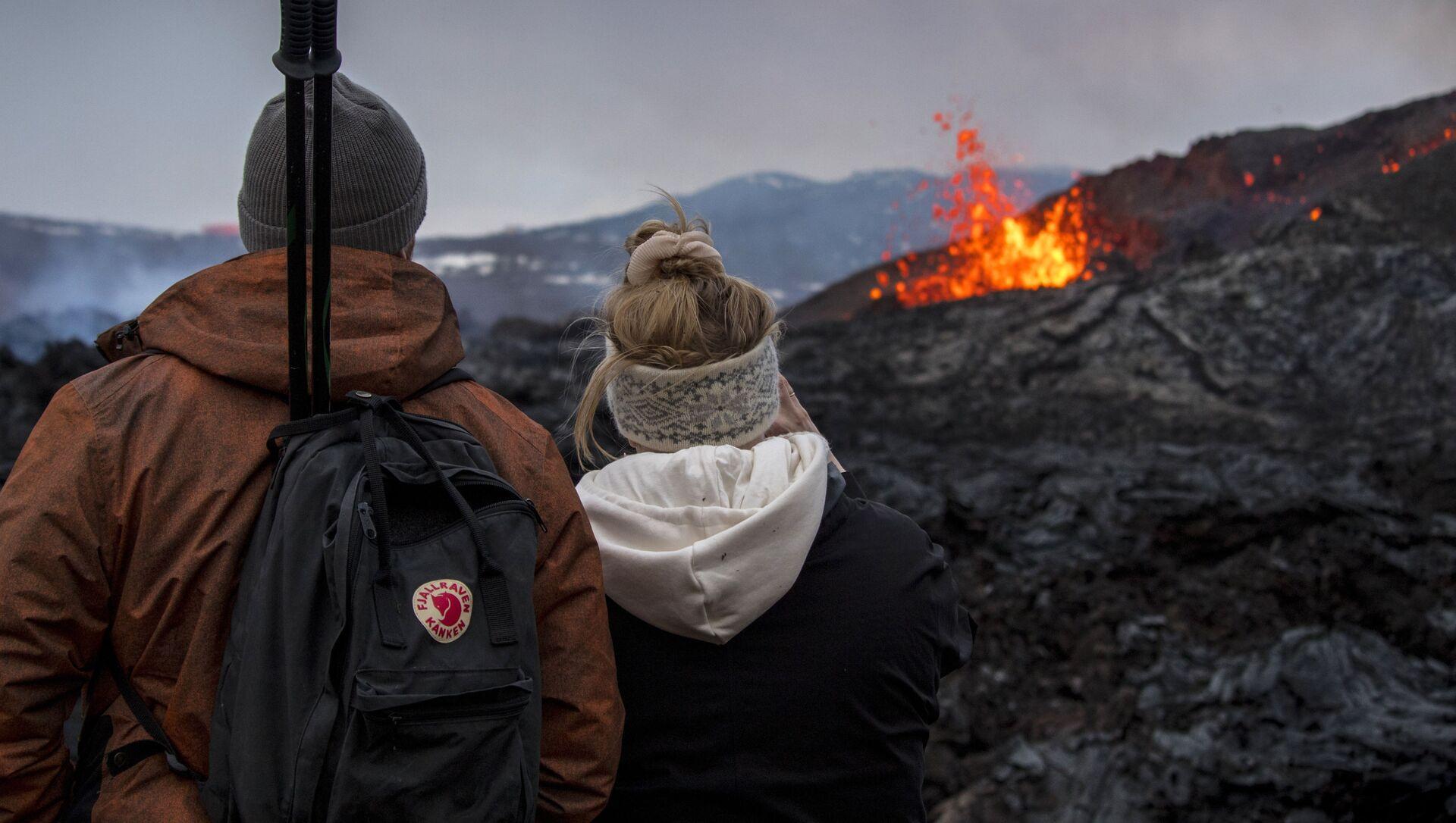 Le persone guardano l'eruzione del vulcano in Islanda - Sputnik Italia, 1920, 16.05.2021