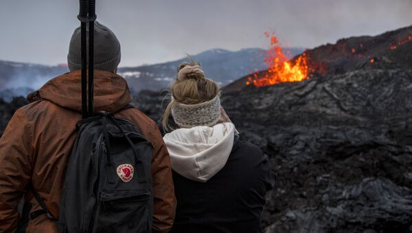 Le persone guardano l'eruzione del vulcano in Islanda - Sputnik Italia