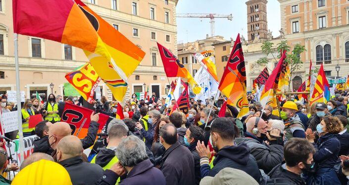 Tensioni con la polizia durante la manifestazione dei lavoratori Alitalia a Roma