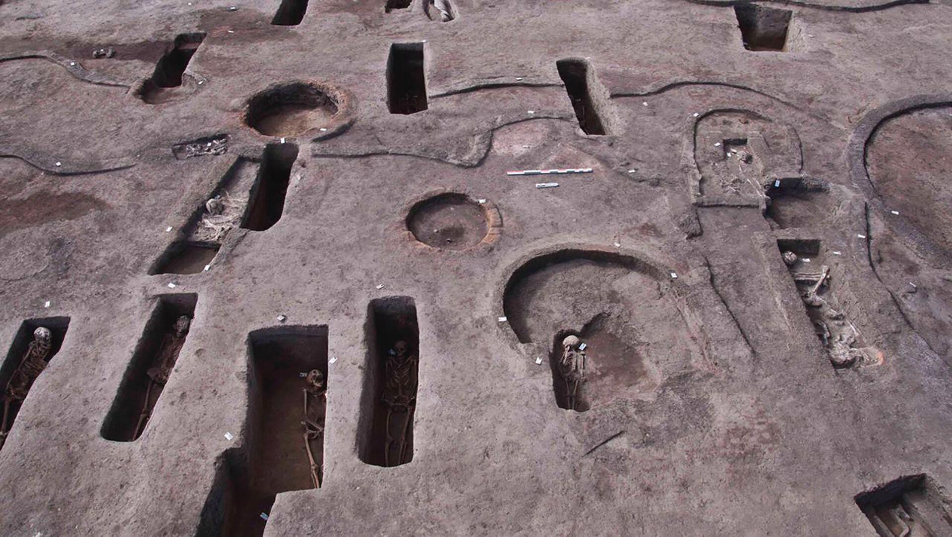 Foto fornita dal Ministero egiziano del turismo e delle antichità martedì 27 aprile 2021 mostra antiche tombe funerarie rinvenute di recente, alcune con resti umani, nel sito archeologico di Koum el-Khulgan, nella provincia del Delta del Nilo di Dakahlia, a circa 150 chilometri a nord-est del Cairo, Egitto - Sputnik Italia, 1920, 29.04.2021