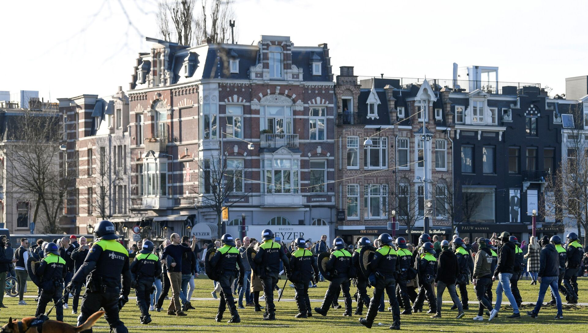 Police officers are seen, as people protest against the coronavirus disease (COVID-19) restrictions in Amsterdam, Netherlands, February 21, 2021. - Sputnik Italia, 1920, 28.04.2021
