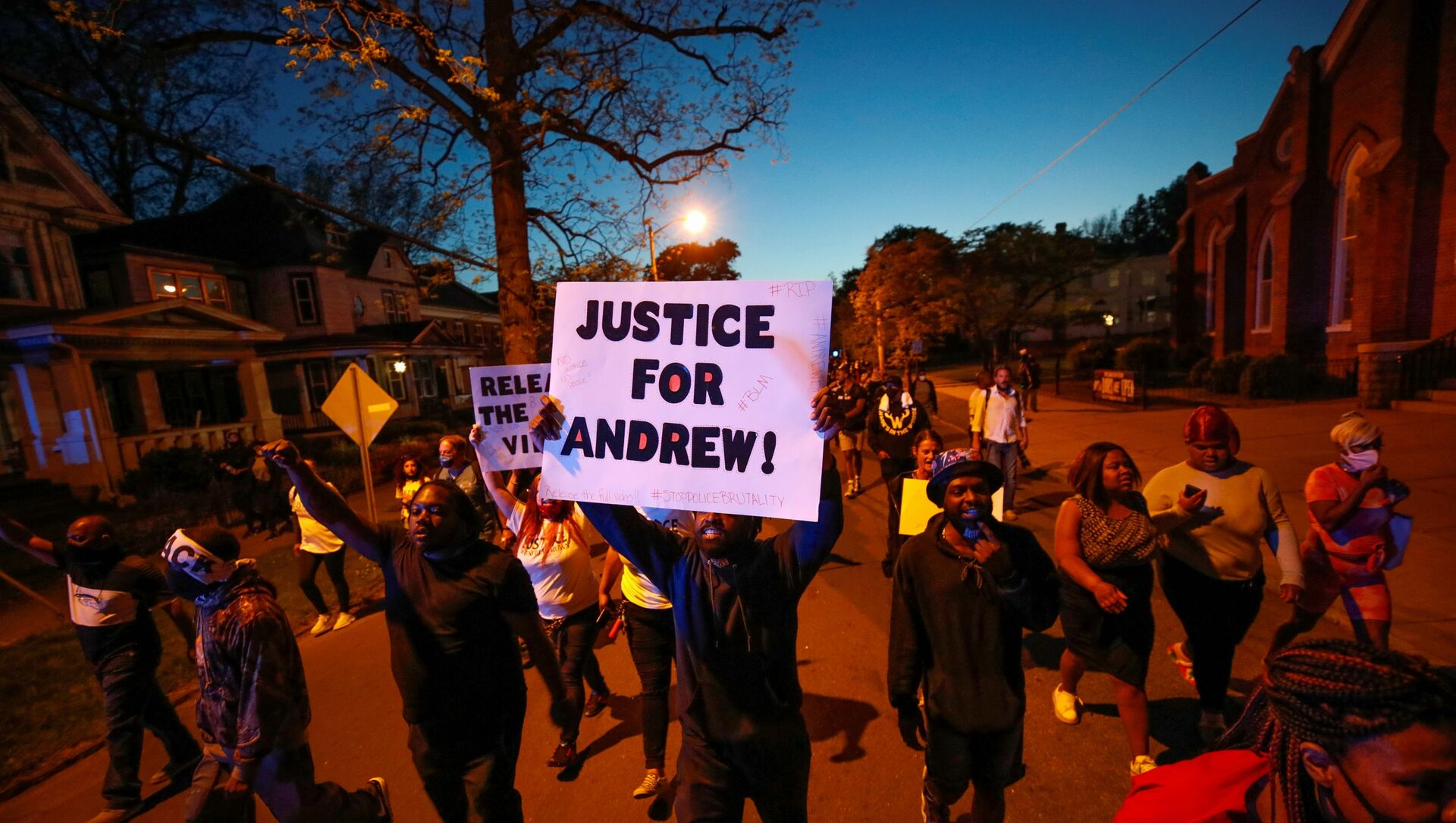 Protesters march in the evening after family members were shown body camera footage of a deputy sheriff shooting and killing Black suspect Andrew Brown Jr. last week, in Elizabeth City, North Carolina, U.S. April 26, 2021. Picture taken April 26, 2021.  REUTERS/Jonathan Drake - Sputnik Italia, 1920, 28.04.2021