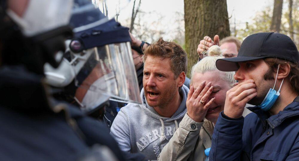 Manifestanti a Berlino contro misure anti-contagio