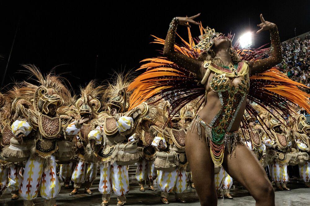 Festaioli della scuola di samba Unidos da Tijuca si esibiscono durante la prima notte della sfilata di carnevale al Sambadrome di Rio de Janeiro, Brasile, l'8 febbraio 2016