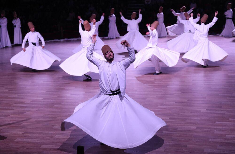 I dervisci rotanti che eseguono un ipnotizzante rituale sufi, il 19 dicembre 2017