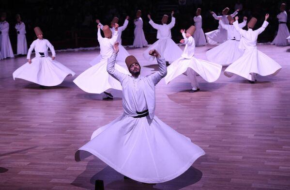 I dervisci rotanti che eseguono un ipnotizzante rituale sufi, il 19 dicembre 2017 - Sputnik Italia