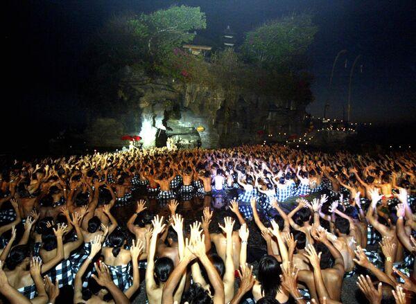 I balinesi eseguono la spettacolare danza Kecak a Tanah Lot, Bali, il 29 settembre 2006 - Sputnik Italia
