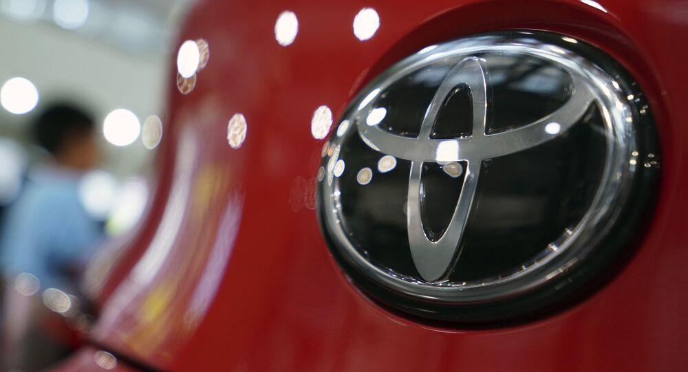Logo Toyota in una sala espositiva a Tokyo, 2 agosto 2019