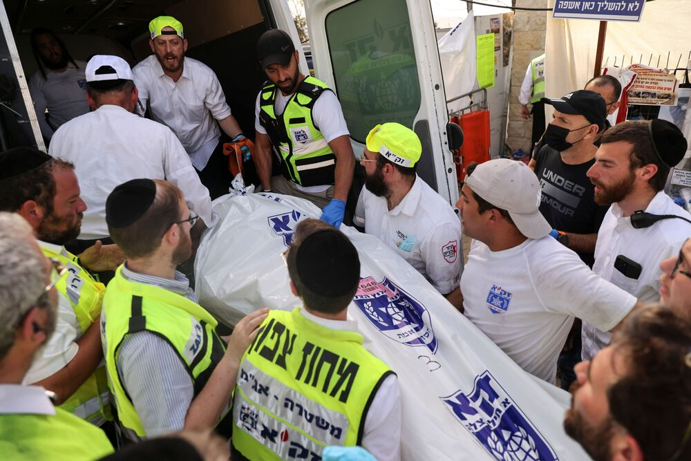 Il rabbino capo israeliano Israel Meir Lau, che si trovava su uno dei palchi durante il crollo, sarebbe rimasto lì con altri rabbini di spicco, pregando per i feriti