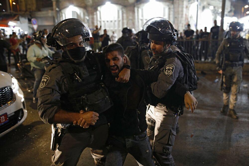 Almeno 40 persone sono state dichiarate morte, mentre più di 65 sono rimaste ferite, di cui almeno 6 in condizioni critiche, a causa di una fuga generale e di un crollo di una tribuna in un raduno di massa per celebrare la festa di Lag Ba'Omer sul Monte Meron in Israele