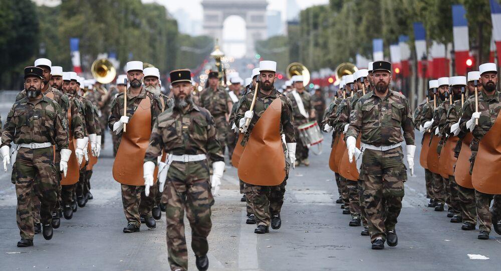 Soldati Legione Straniera in parata nel giorno della presa della Bastiglia (foto d'archivio)
