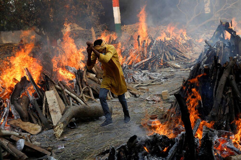 Parchi e strade trasformati in crematori a Nuova Delhi, India