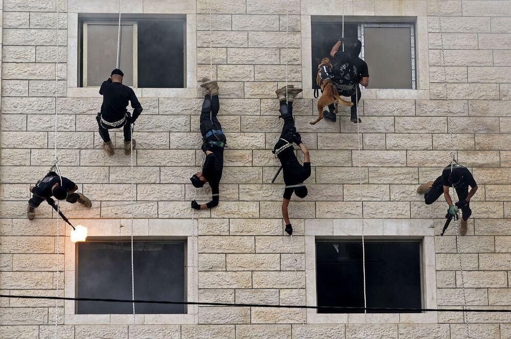 I membri di Hamas scendono dal muro con le corde, Gaza City