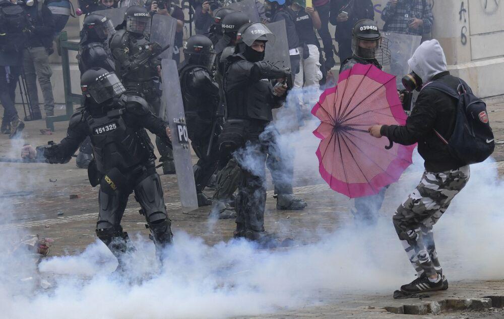Gli scontri tra i manifestanti e gli agenti della polizia durante le proteste in Colombia