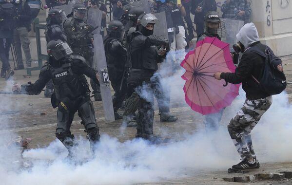 Gli scontri tra i manifestanti e gli agenti della polizia durante le proteste in Colombia - Sputnik Italia