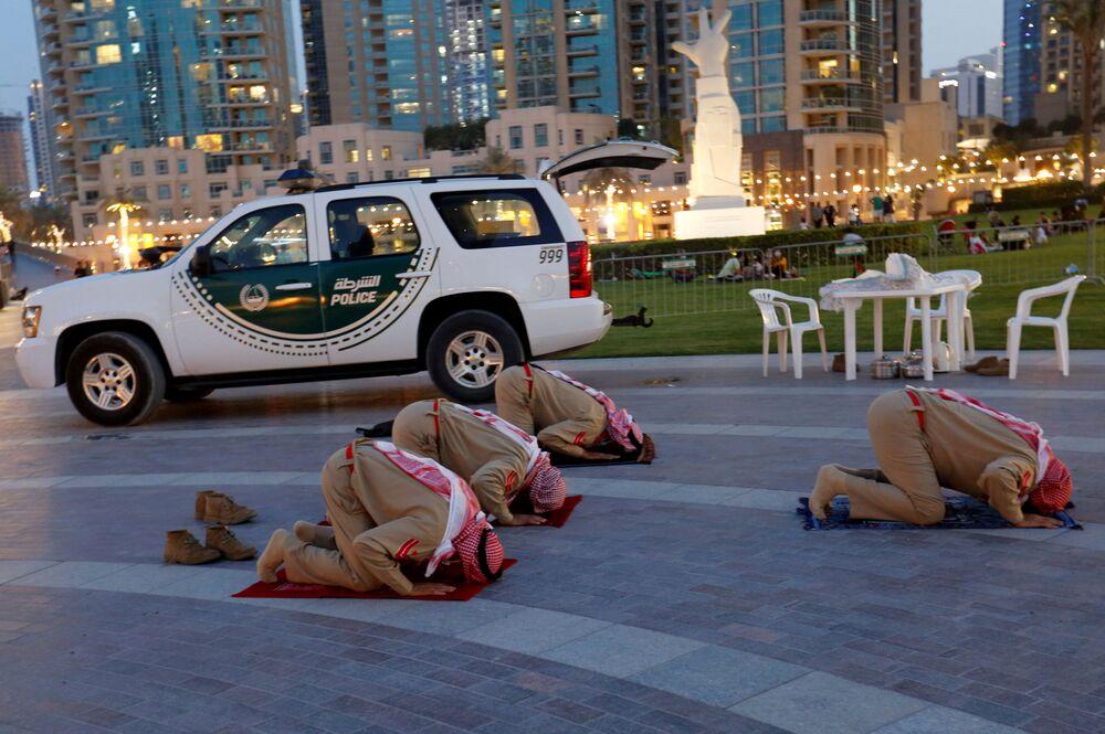 Gli agenti di polizia degli Emirati Arabi stanno pregando