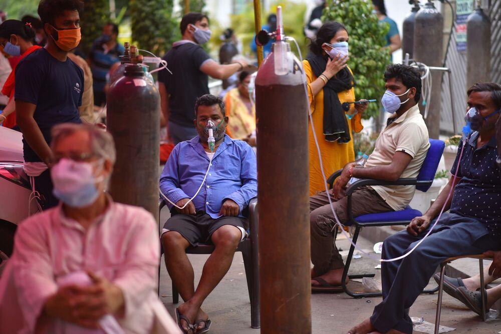 Le persone che soffrono di problemi respiratori ricevono assistenza gratuita con ossigeno nella cattedrale di Gurudwar a Delhi