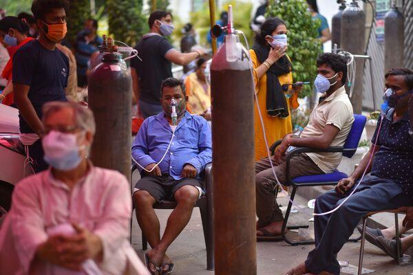 Le persone che soffrono di problemi respiratori ricevono assistenza gratuita con ossigeno nella cattedrale di Gurudwar a Delhi - Sputnik Italia