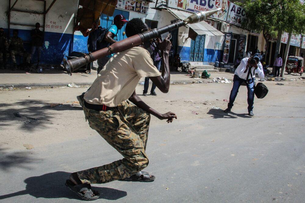 Un soldato delle forze armate somale in una strada a Mogadiscio, Somalia