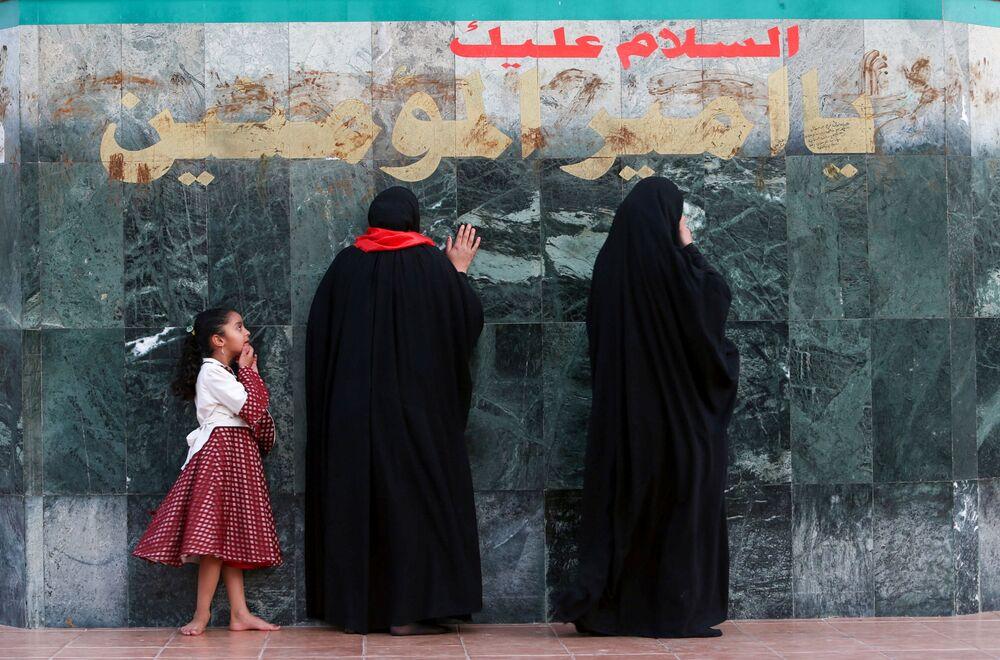 Le donne irachene visitano la moschea dell'Imam Ali Step durante il mese sacro del Ramadan, Iraq