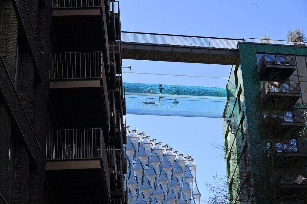 La prima piscina trasparente all'aperto di 25 m al mondo, conosciuta come Sky Pool, Regno Unito