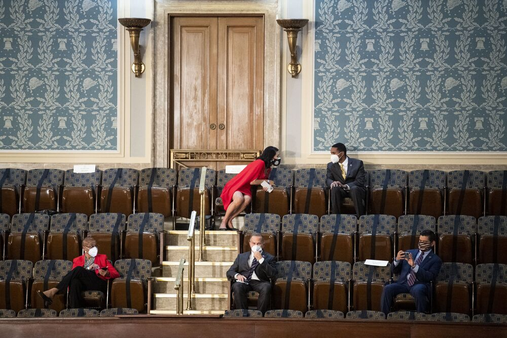 Membri della Camera dei rappresentanti degli Stati Uniti osservano il distanziamento sociale durante il discorso del presidente Joe Biden in una sessione congiunta del Congresso