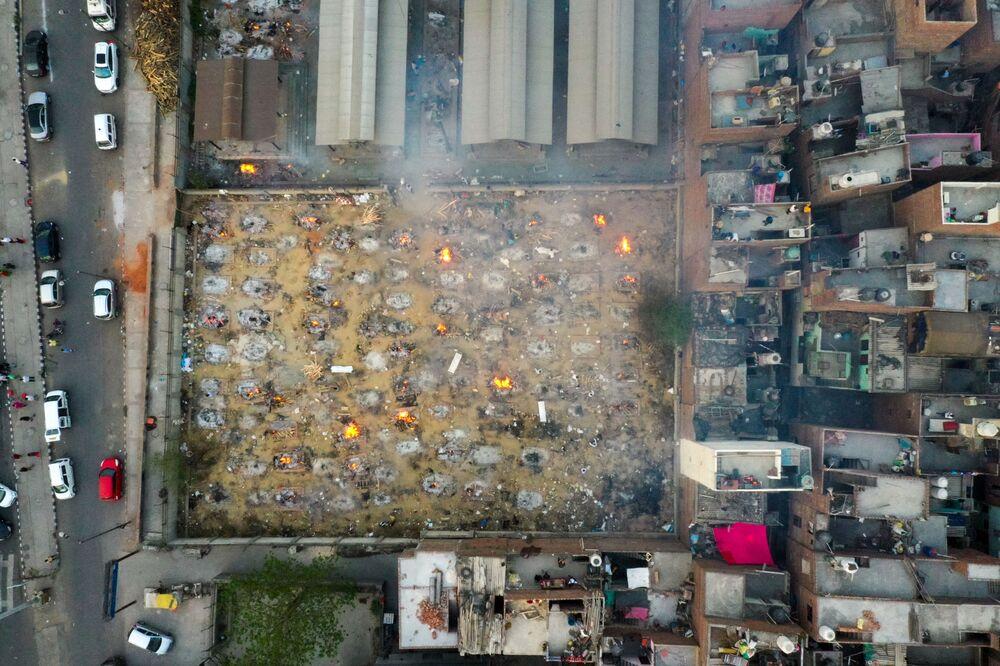 Vista dall'alto sulla cremazione di massa a Nuova Delhi, India